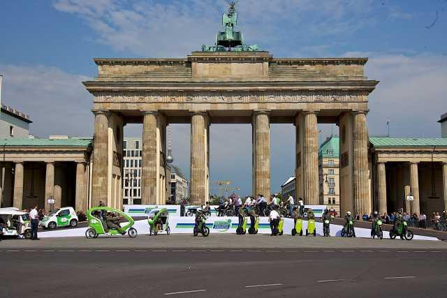 Foto: Challenge Bibendum Parade 2011 vor dem Brandenburger Tor in Berlin