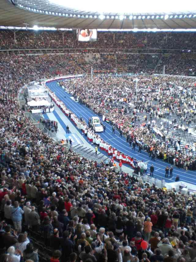 Foto des Papamobils mit dem Papst im Olympiastadion