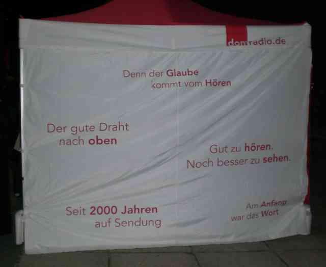 Foto: Seitenwand des Zeltes von Domradio.de